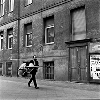 03_Bass player walks on the sideway West Berlin in April 1989_JAC